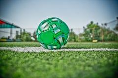 Hierba artificial de Mini Football Goal On An Dentro de campo de fútbol interior Mini balón de fútbol foto del hdr imagenes de archivo