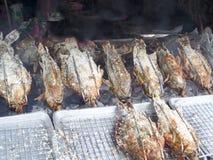 hierba asada a la parrilla de los pescados y de la sal y del ingrediente que cocina por el machin del rollo Fotos de archivo