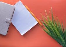hierba, cuaderno, caja del teléfono y pluma imágenes de archivo libres de regalías