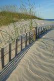 Hierba de avena del mar y cerca enterrada de la duna en la playa de Wrightsville (Wilmington) Carolina del Norte Fotos de archivo