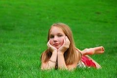 Hierba de la chica joven Fotografía de archivo libre de regalías