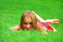 Hierba de la chica joven Fotos de archivo libres de regalías