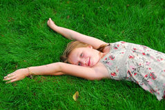 Hierba de la chica joven Imágenes de archivo libres de regalías