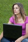 Hierba de la computadora portátil de la mujer Fotos de archivo