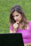 Hierba de la computadora portátil de la mujer Imagen de archivo