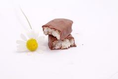 Hierba de la manzanilla y barra de caramelo con el coco Fotografía de archivo libre de regalías