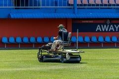 Hierba de la restauración en un estadio de fútbol Fotografía de archivo libre de regalías