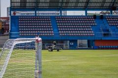Hierba de la restauración en un estadio de fútbol Fotos de archivo