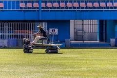 Hierba de la restauración en un estadio de fútbol Imágenes de archivo libres de regalías