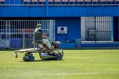 Hierba de la restauración en un estadio de fútbol Fotos de archivo libres de regalías