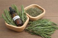 Hierba de Rosemary y aceite esencial del aromatherapy Fotos de archivo libres de regalías