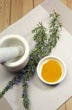 Hierba de Rosemary y especia de la cúrcuma con el mortero y la maja - vertical Foto de archivo libre de regalías