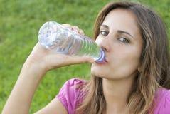 Hierba del agua de la bebida de la mujer Imágenes de archivo libres de regalías