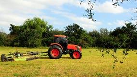 Hierba del corte del tractor Fotografía de archivo