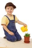 Hierba potted de riego sonriente del niño pequeño Fotografía de archivo libre de regalías