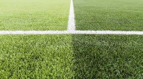 Hierba verde con la línea blanca de campo de fútbol Fotografía de archivo libre de regalías
