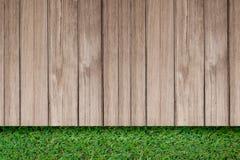 Hierba verde con la opinión superior del piso al aire libre de madera rústico viejo del tablón imagenes de archivo