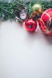 Hierba verde de la Navidad y reloj de bolsillo en espacio en blanco del Pap viejo Foto de archivo libre de regalías