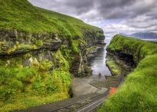 Hierba verde del lugar icónico Gjogv, Faroe Island, Dinamarca, Europa Fotografía de archivo