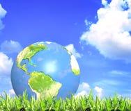 Hierba verde del verano, cielo azul, nubes y tierra Foto de archivo