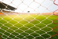 Hierba verde en estadio de fútbol con la llamarada ligera Fotografía de archivo