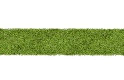Hierba verde o tira del césped en el fondo blanco Foto de archivo
