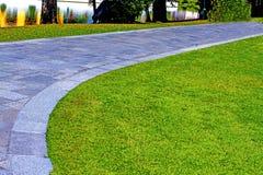 Hierba verde y camino Imagenes de archivo