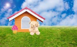 Hierba verde y casa Imagen de archivo libre de regalías