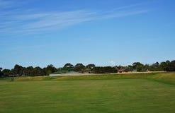 Hierba verde y cielo azul fotos de archivo libres de regalías