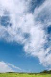 Hierba y cielo con las nubes fotografía de archivo
