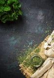 Hierbabuena secada en un tarro de cristal y un manojo de menta fresca, médico foto de archivo