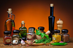 Hierbas, especias y aceite de oliva Fotos de archivo libres de regalías