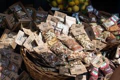 Hierbas, especias y limones para la venta imagen de archivo