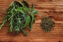 Hierbas frescas de la especia en la madera rústica fotografía de archivo libre de regalías