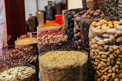 Hierbas frescas, nueces y especias indias fotos de archivo