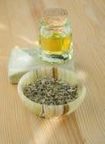 Hierbas secadas, aceite cosmético y jabón orgánico Imagenes de archivo