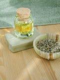 Hierbas secadas, aceite cosmético y jabón orgánico Imagen de archivo libre de regalías