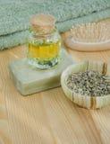 Hierbas secadas, aceite cosmético y jabón orgánico Foto de archivo