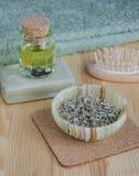 Hierbas secadas, aceite cosmético y jabón orgánico Foto de archivo libre de regalías