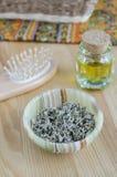 Hierbas secadas y aceite cosmético Fotografía de archivo