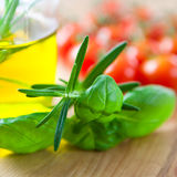 Hierbas y aceite de oliva frescos Imagenes de archivo