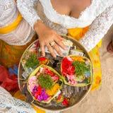 Hierbas y dinero - sacrificio ritual en Bali Foto de archivo libre de regalías