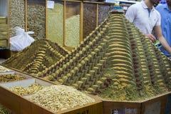 Hierbas y especias coloridas en la exhibición en una tienda de alimentación del especialista imagen de archivo libre de regalías
