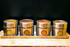 Hierbas y especias coloridas en tarros del metal y del vidrio Colores naturales y visión superior Especias de la India de la salu Imágenes de archivo libres de regalías