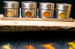 Hierbas y especias coloridas en tarros del metal y del vidrio Colores naturales y visión superior Especias de la India de la salu Fotos de archivo