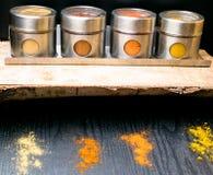 Hierbas y especias coloridas en tarros del metal y del vidrio Colores naturales y visión superior Especias de la India de la salu Fotografía de archivo