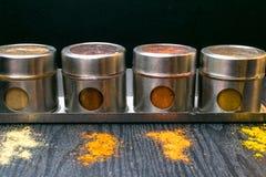 Hierbas y especias coloridas en tarros del metal y del vidrio Colores naturales y visión superior Especias de la India de la salu Fotos de archivo libres de regalías