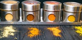 Hierbas y especias coloridas en tarros del metal y del vidrio Colores naturales y visión superior Especias de la India de la salu Imagen de archivo