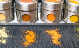 Hierbas y especias coloridas en tarros del metal y del vidrio Colores naturales y visión superior Especias de la India de la salu Foto de archivo libre de regalías