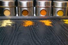 Hierbas y especias coloridas en tarros del metal y del vidrio Colores naturales y visión superior Especias de la India de la salu Fotografía de archivo libre de regalías